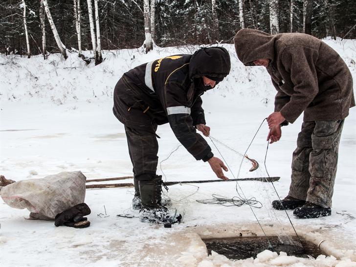 © Minnesota ice anglers with wheeled fish houses need license